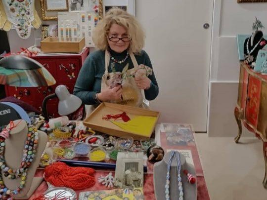 Marisa Convento nel laboratorio di artigiana residente a Bottega Cini Impiraressa